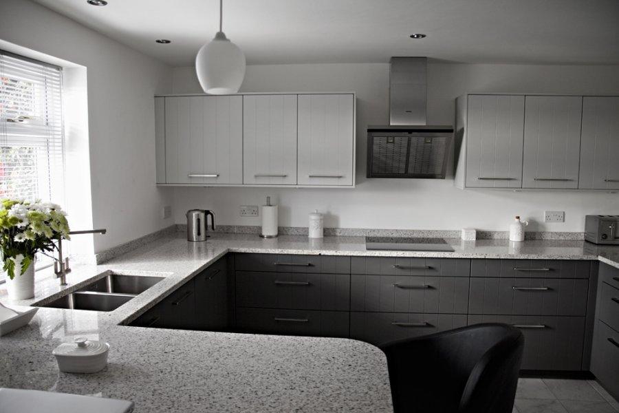 кухня с серой столешницей картинки дорогое холодное